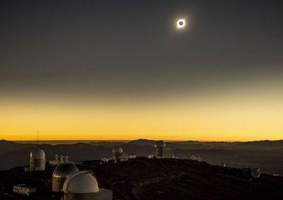 El día se hizo noche: Eclipse solar maravilló al sur