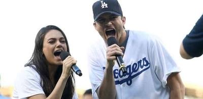 """HOY / Ashton Kutcher y Mila Kunis  cantando """"La Vaca Lola""""   crean """"conmoción"""" en las redes"""