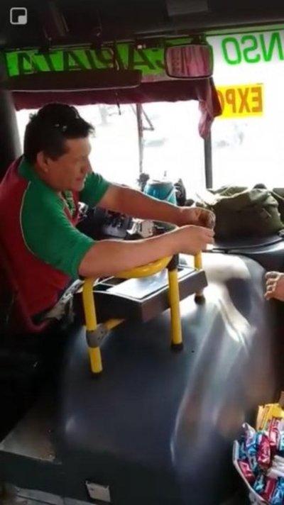 Trataron de výro al chófer que devolvió la plata a vendedora