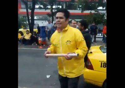 Taxistas en paro manosean a periodista de Urbana