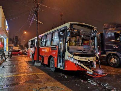 Heridos tras choque de Línea 27 contra otro bus