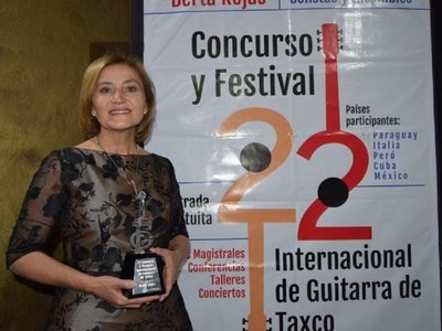 Berta Rojas recibe La Guitarra de Plata en México