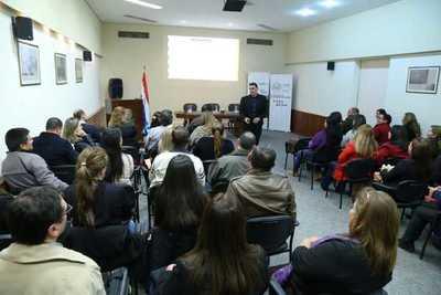 Becarios que viajarán a Chile participaron en charla informativa