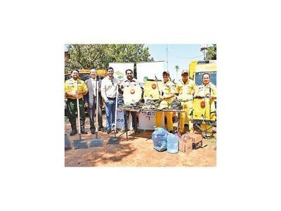 Donan herramientas y víveres a bomberos