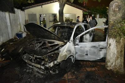 Vehículo se incendió en vivienda de Villa Elisa