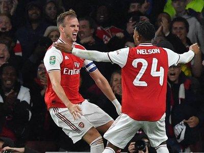 Arsenal golea y avanza a octavos