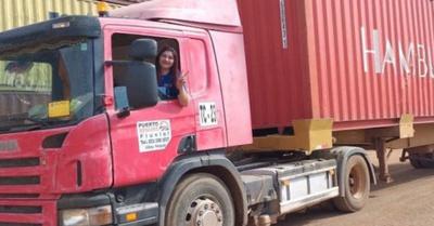 Licenciada se destaca como ¡camionera!