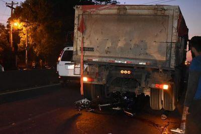Motociclistas chocan contra camión en la PY-02 y el tránsito queda congestionado