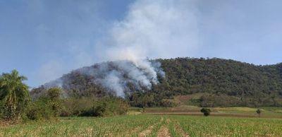 Fuego en el cerro Mbocayaty de Paraguarí no puede ser controlado
