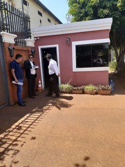 Emplazan a los Zacarías para despejar vereda frente a su vivienda