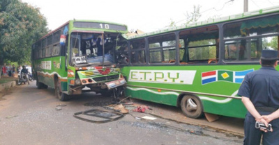 Dos buses de la misma empresa chocan fatalmente