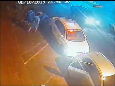 Violenta agresión de taxistas a conductor de Uber en Villa Elisa