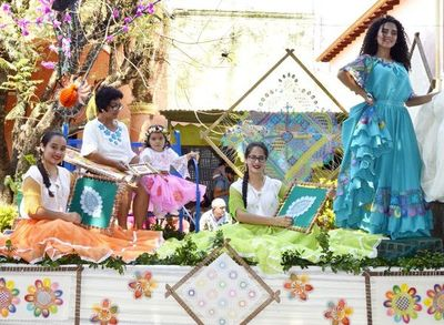 Desfile de carrozas  por el Día del Ñandutí