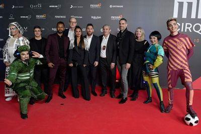 """Messi aplaude a los artistas de Cirque du Soleil en el estreno de """"Messi10"""""""
