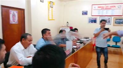 Edil lanza agua y vasos de plástico a su colega en plena sesión