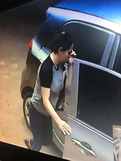 Atrapan a pareja acusada de robar una cartera de vehículo estacionado