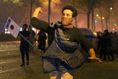 Tras noche de disturbios, los independentistas continúan movilizados en Cataluña