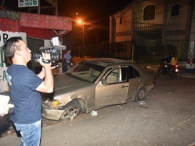 Una joven queda con lesiones graves tras volcar su auto