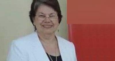 Autoridades dan distinción a una profe en Itapúa