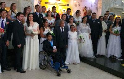 Emotivo casamiento comunitario