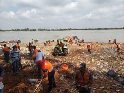 SACARON MAS DE 30.000 KILOS DE BASURA DE RIO PARAGUAY