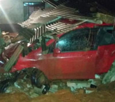Automóvil impacta contra una vivienda y arrolla a un hombre