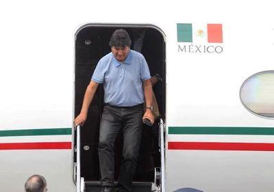 Lucha sigue, dijo Morales al llegar a México