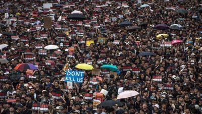 Barricadas, gas y sabotajes: las protestas vuelven a paralizar Hong Kong