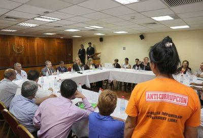Autoridades judiciales con miembros de sociedad civil
