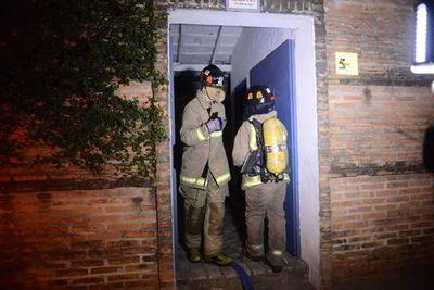 Bomberos aplacan a tiempo fuego de cielorraso de frigorífico