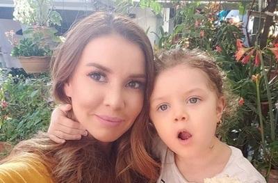 Dallys Ferreira marchó con su hija por el día de la no violencia contra la mujer