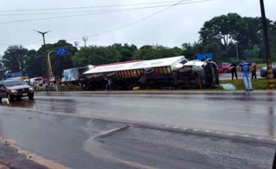 Camión pierde el control y vuelca sobre Ruta 2