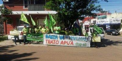 Docentes escrachan a Silvio Ovelar frente a su casa en Coronel Oviedo