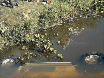 Camioneta cae en aguas de un arroyo en Ñeembucú
