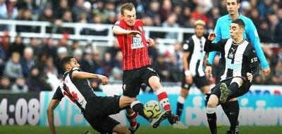 Newcastle gana y sigue escalando en la Premier