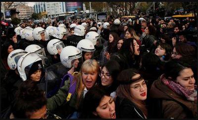 """Policía reprimió a mujeres por cantar """"Un violador en tu camino"""" en Turquía » Ñanduti"""