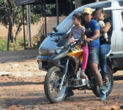 Bebé muere tras caer de la moto