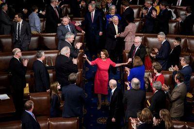 Continúa la pugna entre Pelosi y el líder del Senado por juicio contra Trump en EEUU