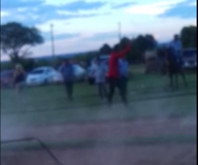Hombre irresponsable realiza disparos al aire en carrera de caballos