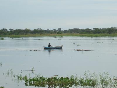 Hermanos desaparecen tras vuelco de embarcación en el río Paraguay