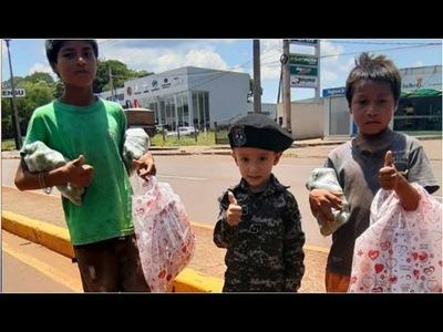 VESTIDO DE LINCE, ENTREGÓ REGALOS DE REYES A NIÑOS HUMILDES