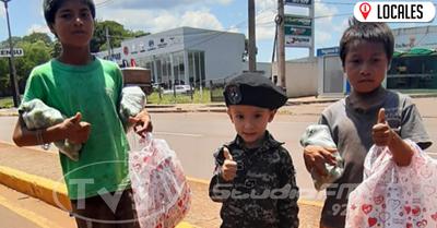 Gesto de amor hacia sus pares: niño entregó obsequios por el día de los Reyes Magos