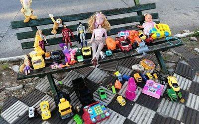 Dejó juguetes en un banquito para niños que no recibieron regalos