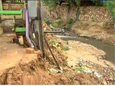 Casas en peligro de derrumbe en el barrio Trinidad de Asunción