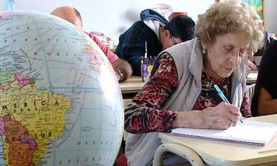 ¡La edad no es excusa! Abuelita de 99 años regresó a la escuela