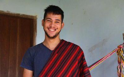 ¡Oita Pablo! Tiene 19 años y es el único tejedor varón del simbólico Poncho Para'i