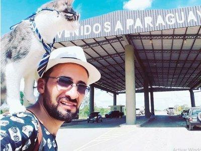 Bella, el famoso gato mochilero, ya está en Asunción
