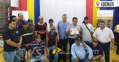 """Participantes de la obra teatral """"Fuego sobre el agua"""" recibieron certificados"""