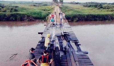 Desconocidos prenden fuego a un puente en Yguazú