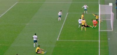 Un milímetro salvó al Watford de caer ante el Tottenham
